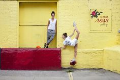 I love this site and those pants, loafers and white T! Emma and Lucy Chadwick – Brooklyn - Backyard Bill