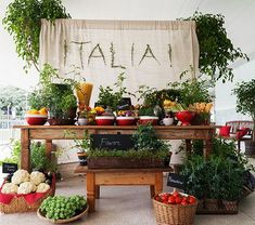 How To Decorate Your Dinner Table Dinner Party Decorations, Dinner Themes, Table Decorations, Wine Dinner, Dinner Table, Little Italy Party, Italy Party Theme, Garden Pizza, Italian Themed Parties