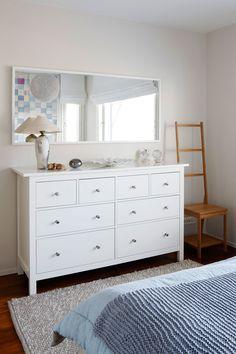 Makuuhuoneen valkoinen lipasto on Ikean. Sen päälle sijoitettu peili tuo huoneeseen tilan tuntua.