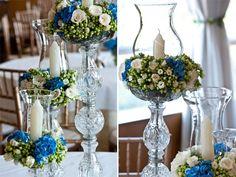 Arranjos com altura média para mesa de convidados. Azul, branco, cristais