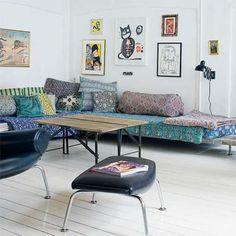 via simply grove salon Déco Bohème, canapé et coussins multicolores | boho living room, colorful couch and pillows