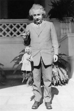 Albert Einstein hält eine Albert Einstein Marionette