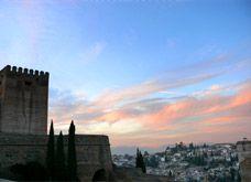 Alhambra Nocturna. Puedes elegir entre dos tipos de visitas nocturnas: a palacios o a jardines. Estas dos visitas son independientes entre sí e incompatibles ya que se realizan en el mismo horario.