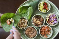 ココナッツ、小エビ、ショウガなどをゴマの葉でくるむタイ料理
