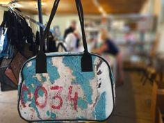 Mooie tassen gemaakt van kunstwerken van fotografen op de expositie BredaPhoto. Louis Vuitton Neverfull, Tote Bag, Banners, Bags, Photographers, Handbags, Louis Vuitton Neverfull Damier, Banner, Totes