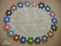 Instead of using yo-yo's, make this with hexagon flowers. Ulla's Quilt World: YoYo table cloth quilt Quilting Projects, Quilting Designs, Sewing Projects, Fabric Crafts, Sewing Crafts, Yo Yo Quilt, Penny Rugs, English Paper Piecing, Free Motion Quilting