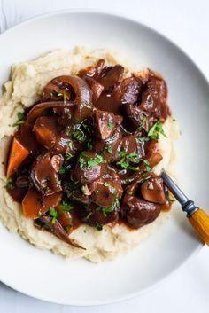 This Mushroom Bourguignon is a modern take on the beefy French bistro classic. Serve it with mashed potatoes, creamy polenta, or celeriac puree. Best Vegan Recipes, Vegetarian Recipes Dinner, Dinner Recipes, Healthy Recipes, Mushroom Bourguignon, Mushroom Broth, Stuffed Mushrooms, Stuffed Peppers, Creamy Polenta