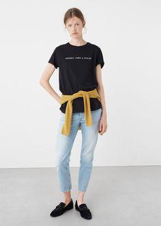 Camiseta algodón mensaje - MANGO   Tejido de algodón Cuello redondo Manga corta Mensaje estampado en la parte delantera Decorado con purpurina · Largo de la espalda 63.0 cm