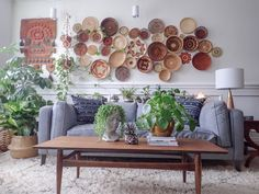 The Botanical Modern Boho Home of Judy Lynch | I adore how decorative woven wall hangings add a 3d quality to a wall. The detail of each individual basket brings a whole host of interest throughtexture, pattern and natural colourings. #basketwall #wallstyling #livingroominspo #bohointeriors #modernboho #wovenhangings ínteriordesign #interiorinspo #homedecor #homedesign #theinterioreditor #gallerywall