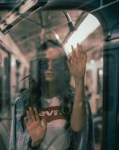 Poses and photog Portrait Photography Poses, Tumblr Photography, Urban Photography, Creative Photography, Amazing Photography, Window Photography, Reflection Photography, Portrait Ideas, Photography Ideas