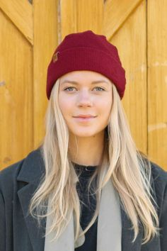 Summer and Fall look with a beanie for Women. Burgundy organic wool beanie by VAI-KØ. Click it! Casual Summer Outfits, Cute Outfits, Beanie Outfit, Fall Looks, Looking For Women, Kos, Sustainable Fashion, Burgundy, Winter Hats