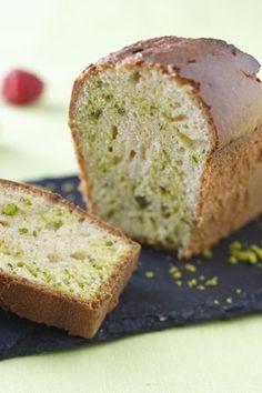 Cake marbré à la pistache, coulis de fruits rouges