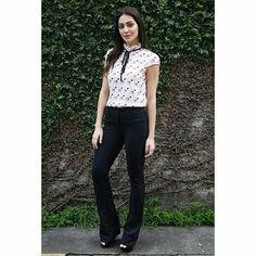 Olha isso #clienteamigakixou !! Blusa de crepe acetinada estampa de esmalte #mimo com detalhe amarrado na gola !! Calça flare de neoprene caimento perfeito !! É amanhã na #kixou !! Mas sabe #correqueacaba !! #blusa #calça #flare #mauriciomanierinakixou #mauriomanieri #kixou10 #kixou10anos #10anoscomvocê #inovandosempre #look #lookixou #vempraca #tendência #coleção #fashion #kixoumoda #clienteamigakixou