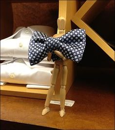 Narry a fixture to be seen, with visual merchandising reduced to only a vivid purple Bow Tie on a formal Dress Shirt. As a guy I am not big on fancy dress, but I would love to carry off this look f...