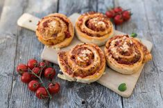 Pizzasnurrer skaper fort jubel i hjemmet og smaker like herlig i matpakka som til middag. Lager du mange kan de fryses ned og tas med på tur. Cheesecake, Food And Drink, Pizza, Bread, Baking, Desserts, Tailgate Desserts, Deserts, Cheesecakes