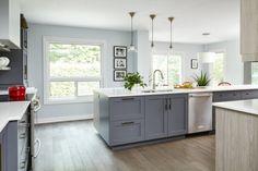 кухня с ровным оштукатуренным белым потолком