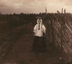 SM Prokudin-Gorsky. Vintage costume peasant Olonetsk province. In 1909.