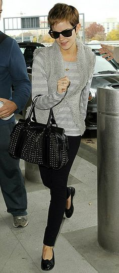 Emma Watson accesorising her outfit with the Alex Monroe Bee necklace Emma Watson Style, Alex Monroe, Mia Farrow, Young Actresses, Cut My Hair, Short Styles, Grey Stripes, Older Women, Black Pants