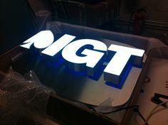 Bijzondere led letters met front en backlit effect op een rvs achterplaat in logo vorm