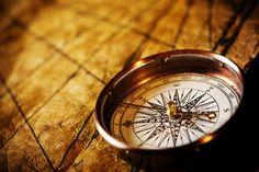 Jeder hat einen moralischen Kompass, doch um zu verstehen, wohin dieser einen führt, muss man sich wegweisende Fragen stellen...  http://karrierebibel.de/moralischer-kompass/