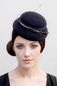 Etsy en https://www.etsy.com/es/listing/220295813/black-doll-hat-original-millinery-small