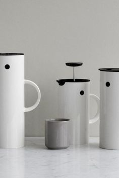 Stelton em press coffee maker   - white    elegant and always functional. in the same simple idiom as erik magnussen's cylindrical em77 vacuum jug the em press coffee maker holds eight cups and its double walls keeps the coffee warm for longer. turn the lid to pour the coffee and turn it again to close. designed by erik magnussen.    fit:  - width: 14 cm  - length: 14 cm  - height: 22 cm  - weight: 514 g    fabric: abs plastic / stainless steel / polypropylene    features:  - 1000m l french…
