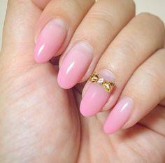 ピンクのグラデーションをベースに、薬指1本だけにゴールドのリボンをあしらったデザインもまた、オフィス向けの上品ネイルです♡大人っぽさと可愛さを同時にアピールできる、ピンクのリボンはオススメです!