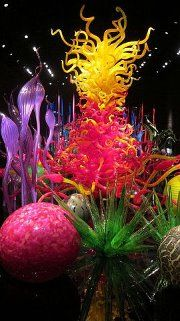 Vibrantly colored hand-blown glass gardens by dale chihuly. I like this piece because it's so colorful and looks like a glass jungle. I also think it's interesting how different pieces are different hights to create depth. Dale Chihuly, Blown Glass Art, Art Of Glass, Pot Pourri, Decoration Inspiration, Glass Garden, Garden Art, Over The Rainbow, Glass Design