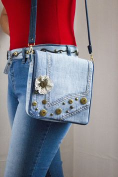 Denim bag, bag for woman, lady's bag, fashion, style Christmas Button Crafts, Mochila Jeans, Denim Purse, Recycle Jeans, How To Make Handbags, Denim Fashion, Womens Fashion, Quilted Bag, Blue Bags