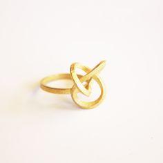 Les bagues Torsale sont disponibles sur notre Eshop www.imprimemoiunmouton.com  Cette photo est la version en métal doré ! #bague #jewellery #jewelrydesigner #jewelryart #3dprinting #impression3d #argent #nouveau #new #imprimemoiunmouton @linepierron