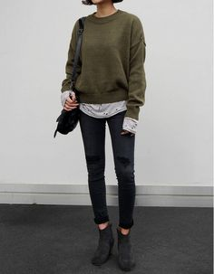 Green sweater, jeans and chelsea boots #style #clothes