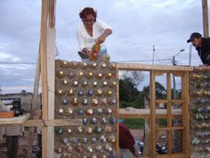 Photos of a bottle house, built with plastic and glass bottles, in Mexico Plastic Bottle House, Pet Bottle, Plastic Bottles, Glass Bottles, Plastic Containers, Bottle Art, Recycled House, Recycled Pallets, Recycled Materials