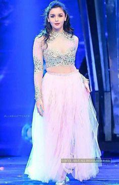 Alia for dush Indian Celebrities, Bollywood Celebrities, Bollywood Actress, Bollywood Lehenga, Bollywood Fashion, Alia Bhatt Varun Dhawan, Aalia Bhatt, Alia Bhatt Cute, Miss India