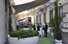 Benvenuti al Fuorisalone dell'Ordine degli Architetti di Milano, dal 16 al 22 Aprile 2012. In primo piano il vaso Primavera disegnato da Eero Aarnio per Serralunga. (foto di Stefano Suriano).