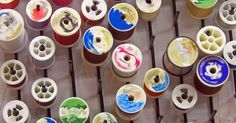 Como fazer um quadro para guardar linhas de costura. Costureiras e outros artesãos costumam ter dezenas de carretéis de linha em um arco-íris de cores. Esses carretéis se desenrolam se forem guardados em caixas, fazendo um grande emaranhado que desperdiça linhas caras. Um quadro para guardar linhas é projetado para eliminar esse problema. Esse quadro de madeira decorativo tem uma série de cavilhas ...
