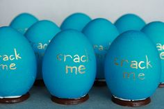 Detailed instructions on how to make these chocolate lined, candy filled easter eggs. Creative!