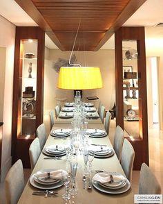 Nesta sala de jantar Camila Klein, o teto foi rebaixado acima da mesa usando a madeira, que junto ao espelho causa a sensação de profundidade, trazendo também aconchego no local onde são feitas as refeições e criando um clima mais íntimo para os familiares e convidados desfrutarem melhor o momento.  #arquitetura#camilakleinarquitetura #homedecor #decor #decoracao #interiordesign #saladejantar #dinner