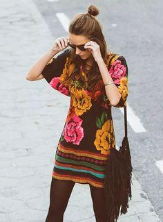 Boho, vestido étnico com estampada florida e barrado.                                                                                                                                                      Mais
