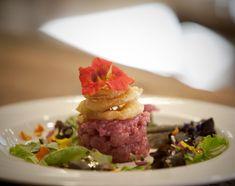 """La ricetta """"Hamburger valdostano"""" dello 'Chef Vallée' Agostino Buillas con carne cruda di manzo valdostano, fiori eduli e misticanza - Foto: M. Paladini"""