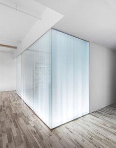 Beleuchtete Wand aus Glas mit Vorhängen zum Sichtschutz im Badezimmer