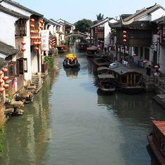 Rivière traversant la ville de Hangzhou en Chine Hangzhou, Instagram Posts, Travel Agency, Asia, Tourism, City, Travel