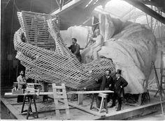 La construction du bras gauche de la Statue de la Liberté à Paris pendant l'hiver 1882.