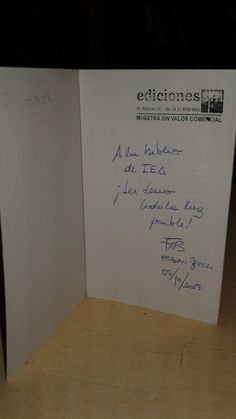 """Libro autografiado por Fabián Sevilla. """"Mails Espantosos """"."""". El escritor visitó el IEA el 5 de octubre de 2015."""