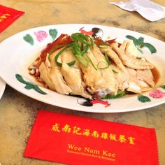 マーライオンや天空のプールで有名なマリーナベイサンズなど観光スポットが充実しているシンガポール。実は、世界中から美味しいものが集まっているんです。今回は、シンガポールの人気ご当地グルメも含めて、現地駐在員お墨付き穴場グルメスポットを紹介したいと思います!発起人肉骨茶餐館の「バクテー」@BalestierRdバクテー(肉骨茶)とは、豚のスペアリブを漢方やニンニクと一緒に煮込んだスープのこと。駐在員おすすめのお店「発起人肉骨茶餐館」は、地元の人たちにとっても人気で、夜中まで賑わっています。スープはパンチの効いた胡椒味で、お肉はお箸で食べられるほどトロトロでジューシー!こちらのお店があるBale..