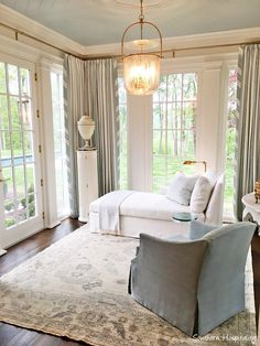 Gorgeous serene light blue and cream sitting room off bedroom in Southeastern Designer Showhouse Atlanta 2017 - My Interior Design Ideas Home Interior, Interior Design, Blue Ceilings, Painted Ceilings, Design Salon, Living Spaces, Living Room, Atlanta Homes, Southern Homes