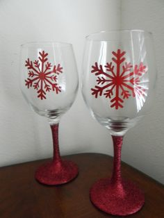 Glitter stem vinyl snowflake wine glasses Source by Wine Bottle Glasses, Glitter Wine Glasses, Vinyl Glasses, Wine Bottles, Wine Decanter, Decorated Wine Glasses, Hand Painted Wine Glasses, Wine Glass Crafts, Wine Bottle Crafts