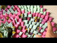Passo a passo como confeccionar um lindo tapete redondo de biquinhos triangulares, com retalhos de tecidos Medida 55 cm de diâmetro Baby Sewing Tutorials, Craft Tutorials, Tapetes Diy, Recycled Rugs, Fabric Rug, Crochet Tablecloth, Sewing For Kids, Floor Rugs, Craft Videos