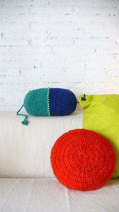 Round Pillow Crochet Wool by hand dyed in red por lacasadecoto, €24.00