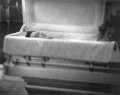 singer Elvis Presley died at Graceland Mansion in Memphis, Tenn. Elvis And Me, Elvis And Priscilla, Lisa Marie Presley, Priscilla Presley, Elvis Presley Funeral, Elvis Presley Photos, Elvis Presley Cake, Show Ao Vivo, Romantic Couples