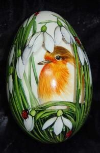 Robin with snowdrops- Rotkehlchen mit Schneeglöckchen Robin with snowdrops - Egg Crafts, Easter Crafts, Ostern Wallpaper, Egg Shell Art, Ukrainian Easter Eggs, Egg Designs, Hand Painted Rocks, Egg Art, Rock Crafts